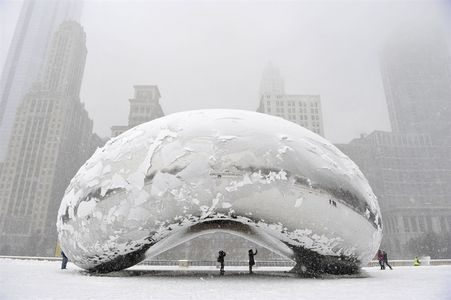 Chicago's Cloud Gate sculpture shines through snowstorm - PhotoBlog